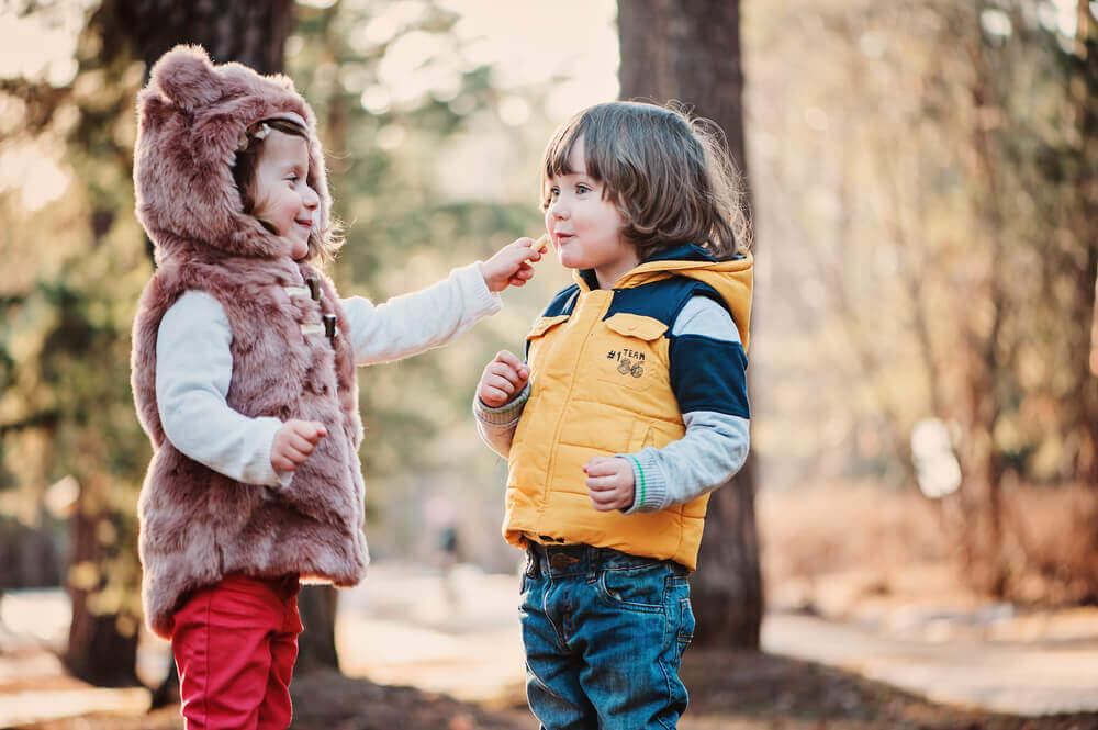 Två småbarn som övar sociala färdigheter.
