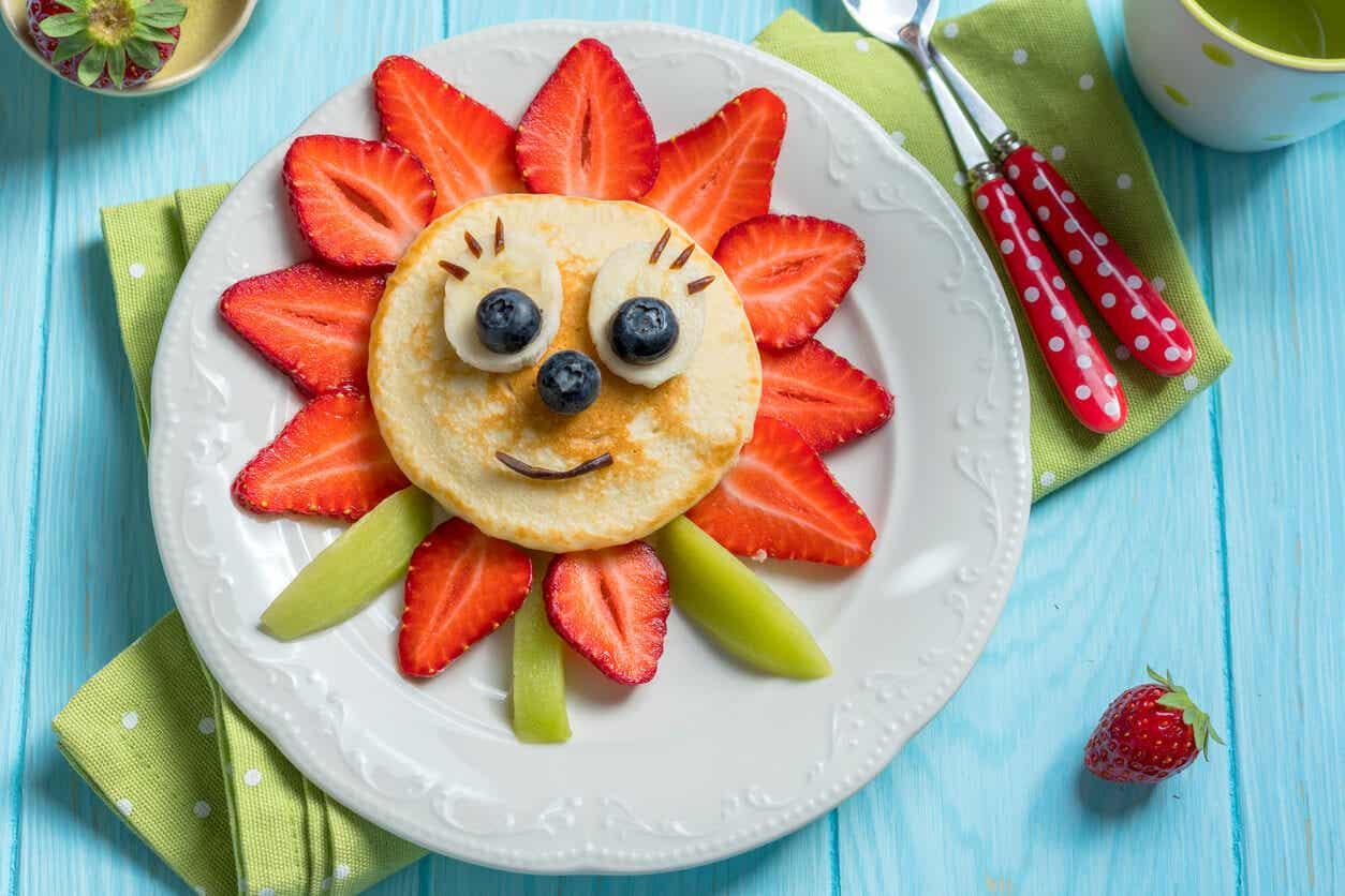 Een bloem gemaakt van fruit en een pannenkoek.