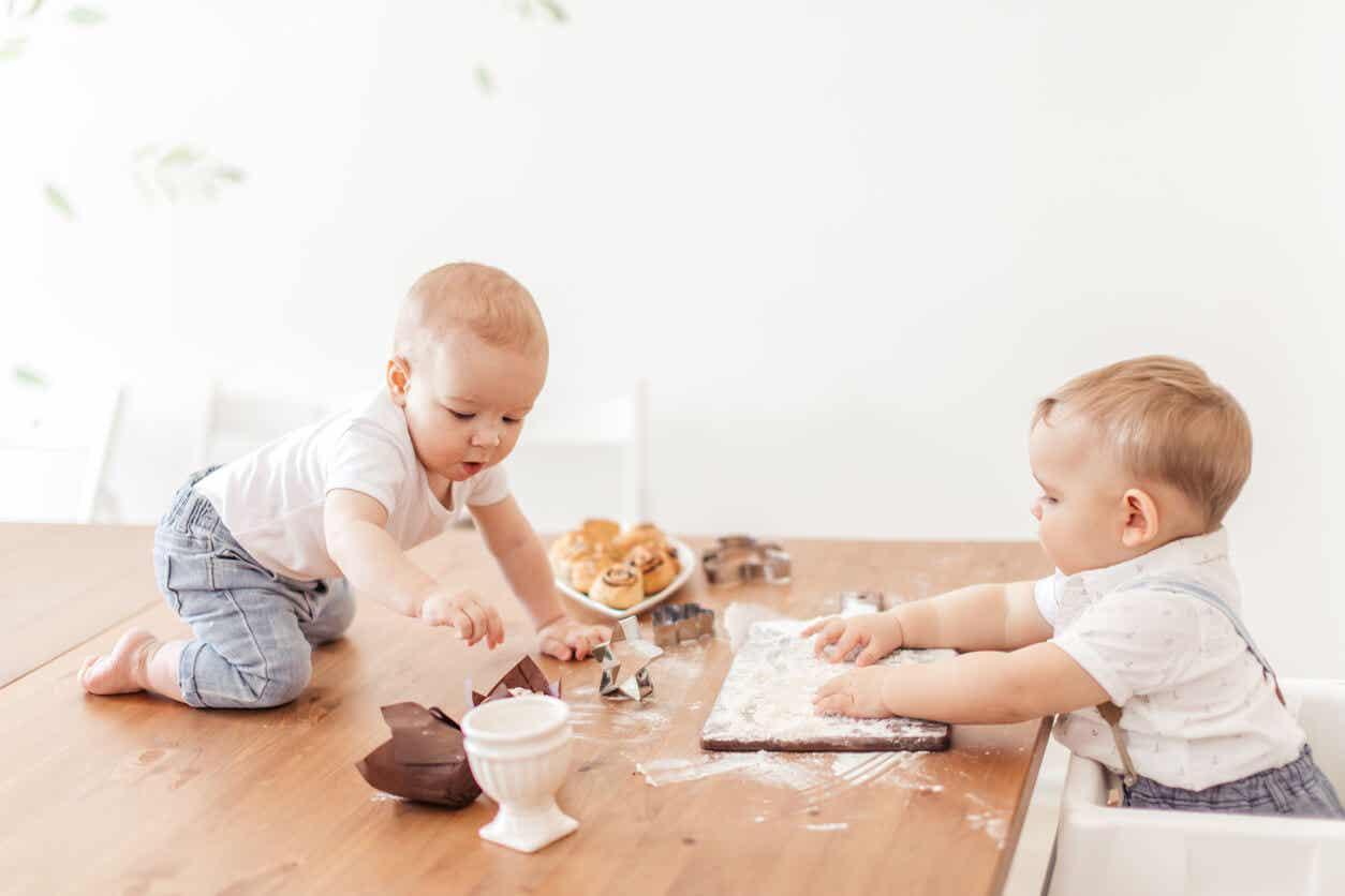 To babyer leker med mel og bakverk.