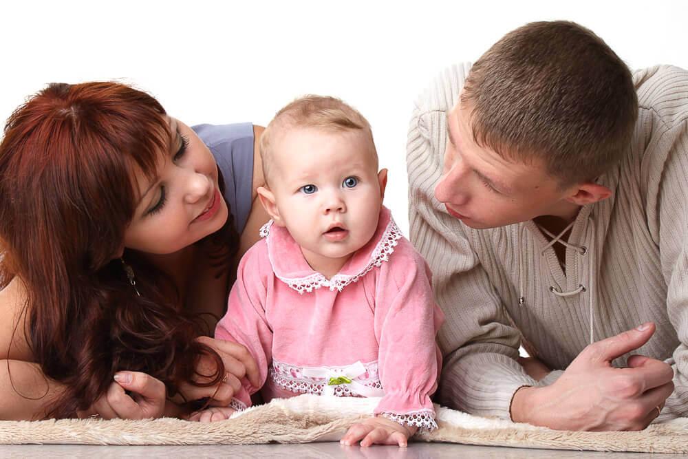 Föräldrar pratar med sin bebis.