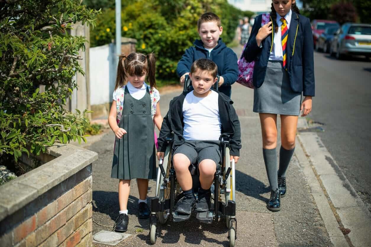 Een kind in een rolstoel gaat naar school