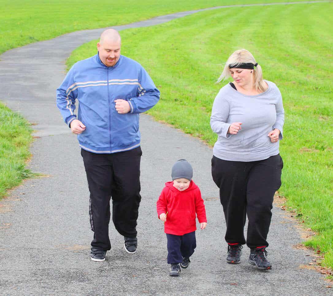 Rodzice z nadwagą biegają z maluchem.