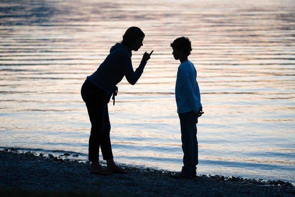 En mor løftet fingeren for å skjelle ut sønnen.