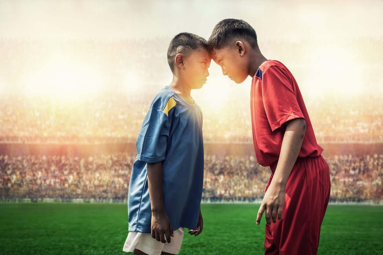 Twee kinderen strijden tegen elkaar bij het sporten