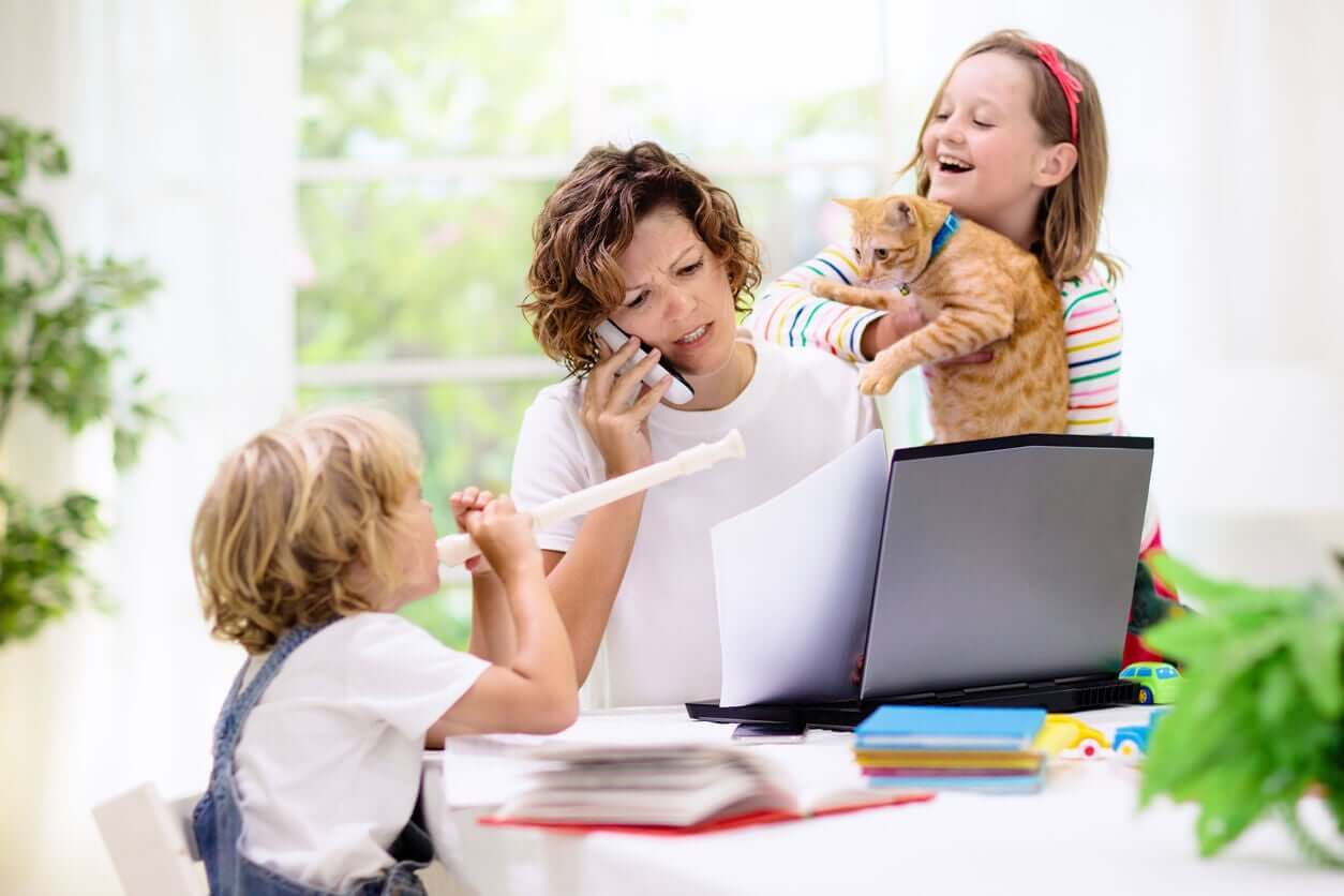 Kvinde arbejder med børn omkring sig