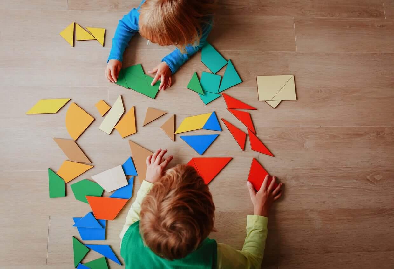 Små barn leker med tangrammer.