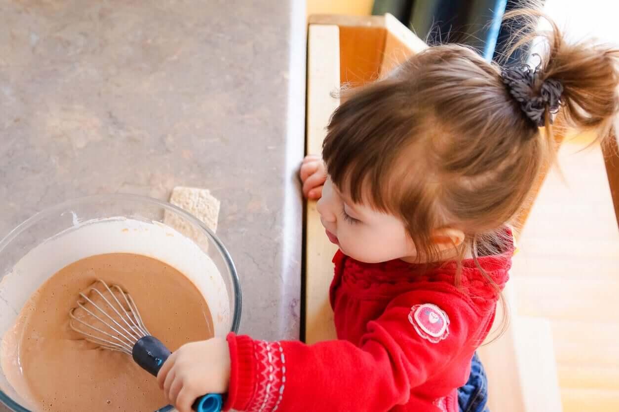 Kinderen vinden het leuk om te helpen in de keuken