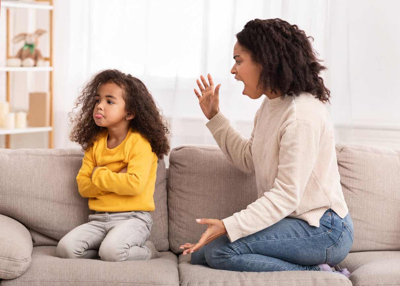 En mor som skrek til den unge datteren.