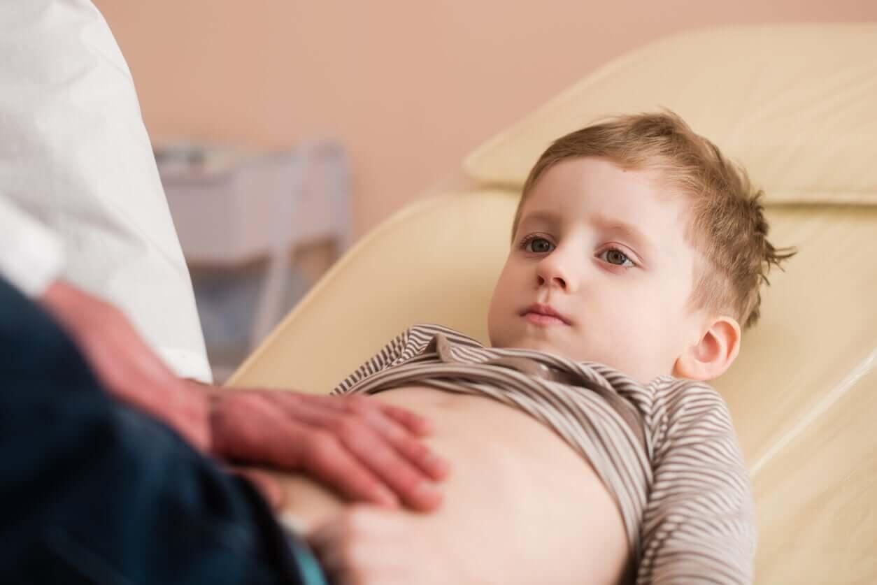 Neuroblastom - Junge wird untersucht