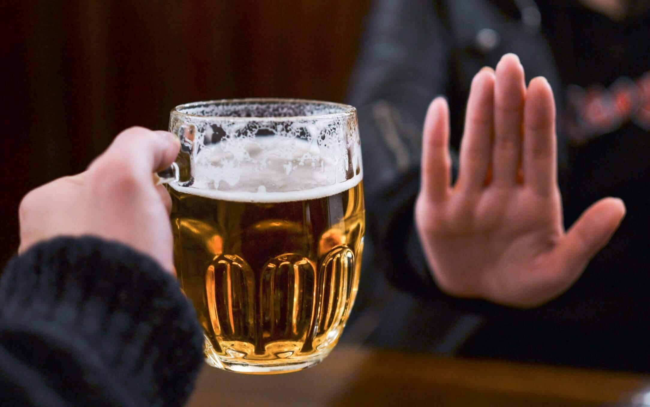 Person siger nej til øl