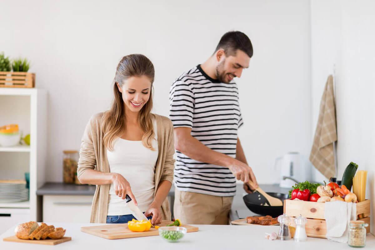 Par laver mad sammen